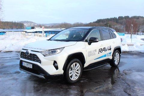 SKILLER SEG UT FRA MENGDEN: Nye Toyota RAV4 har blitt en romslig familiebil med markant SUV-karakter. Avbildet Style-utgave leveres med sort tak.