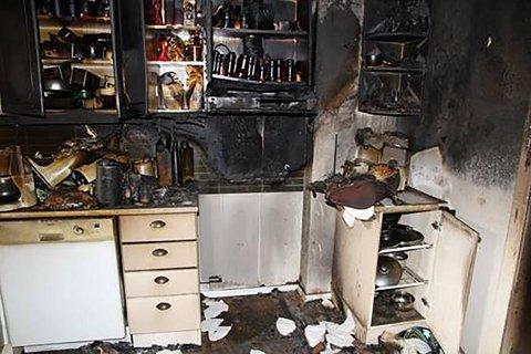 Dette kjøkkenet ble totalskadet etter brann som startet på en komfyr. Totalt fikk boligen skader for mer enn to millioner kroner. Foto: Frende Forsikring