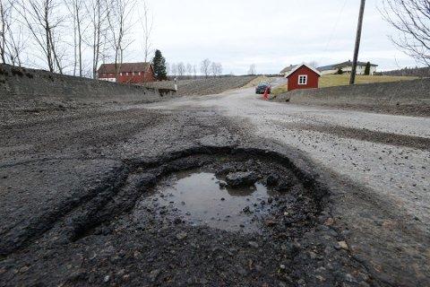 HULL: Vinteren setter sine spor på veiene. Her fra en vei i Ramnes etter vinteren 2017.