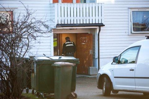 AVHOLDT VAKT: En politipatrulje holdt vakt utenfor en bolig på Nøtterøy i forbindelse med voldsepisoden.