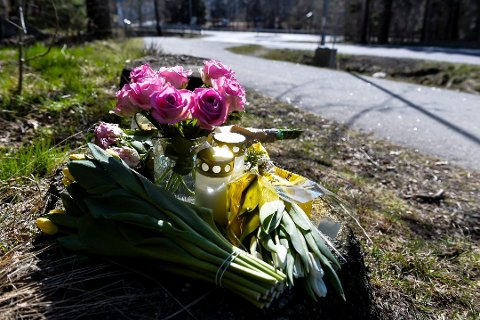 MINNES: Mange har lagt ned blomster og tent lys for å minnes den omkomne kvinnen. Foto: Atle Møller