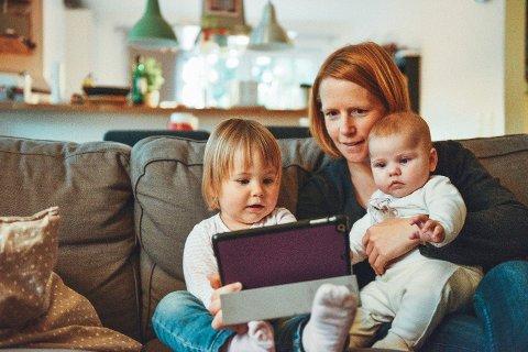 NYE RETNINGSLINJER: Barn bør bruke mindre tid foran skjerm, er rådet fra Verdens helseorganisasjon (WHO).