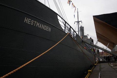 TRENGER PENGER: Krigsseilernes minnesmerke D/S Hestmanden ved kai. Hestmanden er fra 1911, og er det eneste gjenværende skipet av Nortraships flåte. «Nå gjenstår 4,7 millioner kroner for å fullføre dette skipet», skriver Ole M. Brakstad.