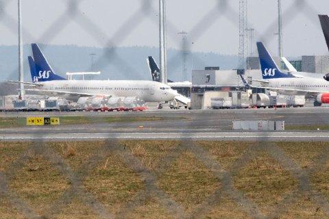 STAND BY: SAS har satt mange av sine fly på bakken etter at pilotene har gått ut i streik. Flyene er parkert på Gardermoen. Nå kan streiken også få konsekvenser for vektere og taxfreepersonale på flyplassen.