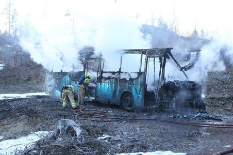 UTBRENT: Brannen i russebussen i Andebu er nå slukket. Bussen er totalskadet.