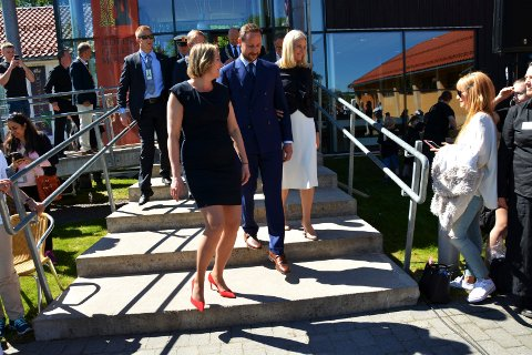 FIKK DRAHJELP: Kronprinsparet var med på å dra publikum til Slottsfjellsmuseet i toppåret 2017.