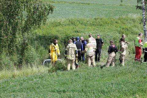 DYKKERE: Brannvesenet har hatt dykkere i vannet og sjekket at det ikke befinner seg andre personer i bilen.