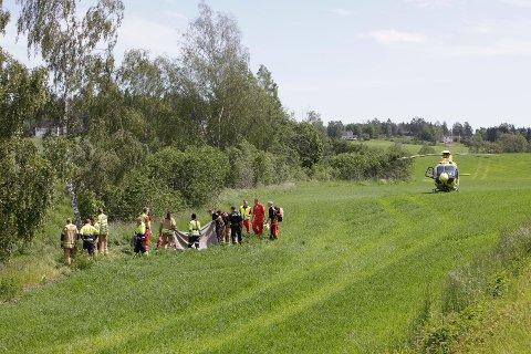 LIVREDDENDE HJELP: Vedkommende som kjørte ut i elva er fraktet til sykehus med luftambulanse.
