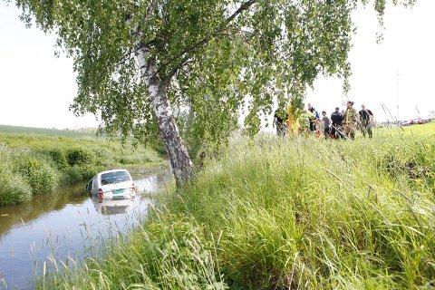 HAVNET I ELVA: En varebil havnet mandag ettermiddag i elva etter å ha kjørt ut av Andebuveien ved Fossnes.