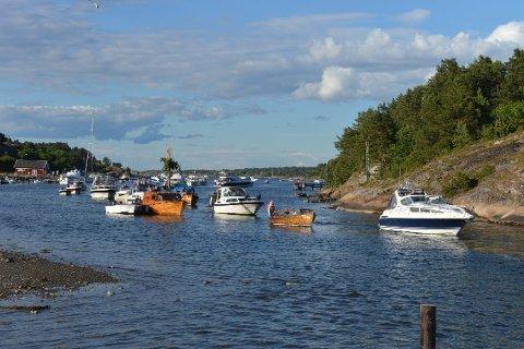 Båtføring og promille er en farlig kombinasjon, skriver innleggsforfatterne. Dette bildet er fra sankthansfeiringen i 2014.