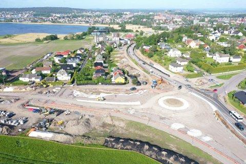 NÆRMER SEG: Her ser vi rundkjøringen ta form. Nå starter snart asfalteringsarbeidet. Bildet er tatt 3. juni.