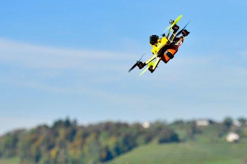 FARLIG: Flyr du en drone over 120 meter over bakken, eller i nærheten av flytrafikk, kan det vanke saftige bøter.