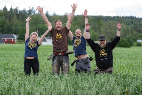 FORNØYDE: Her er fire av de syv arrangørene til Rockstream-festivalen. F.v. Sandra Huseklepp, Petter Christian Bakke, Ken Rune Ålborgen og Thomas Roberg-Askim.