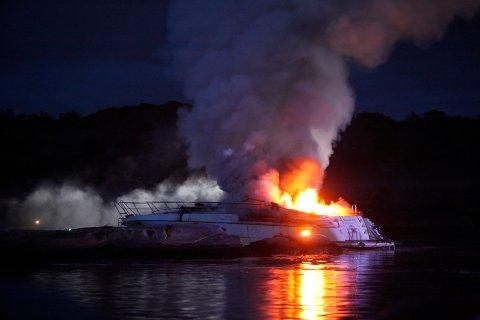 DRAMATISK: Det ble dramatisk da en stor fritidsbåt med ni mennesker om bord brått tok fyr ved Havna hotell på Tjøme i juli. Mens både redningsskøyta og frivillige raskt var på pletten, valgte mannskapet på brannbåten Havkatten en rute som forsinket dem med minst 20 minutter.