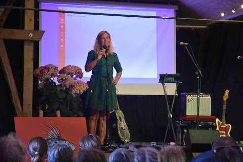 GRØNN ØY: Janne Lepperød fra Færder Kulturverksted på scenen under Grønn Øy. Færder Kulturverksted er initativtaker til Grønn Øy Festivalen.