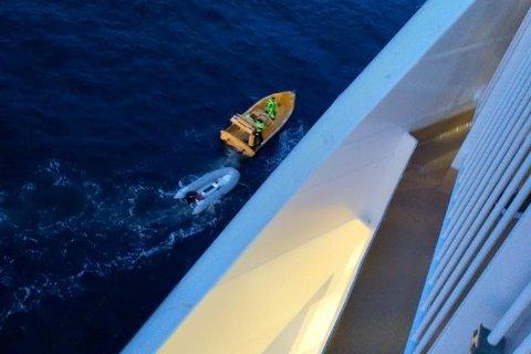 LANGT NED: Her ser Ole Semb Lunde ned på gummibåten etter at den ble tatt hånd om av mannkaper om bord på «Color Hybrid».