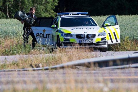 En 26 år gammel mann fra Larvik møter i retten i november, tiltalt for en lang rekke straffbare forhold, blant annet for å ha vært i besittelse av en rørbombe. Her arbeider politiets bombegruppe med å destruere bomben. Foto: Trond Reidar Teigen / NTB scanpix