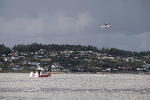 Sea-King henger over Vestfjorden utenfor Sjuestokkstranda på Vear.