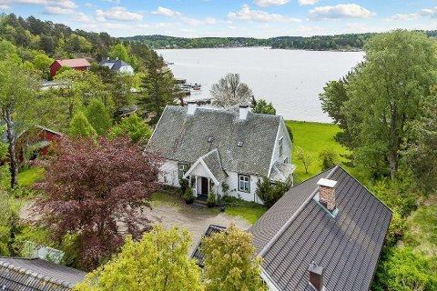 UTSIKT MOT VRENGEN: Tønsberg-investor Hans-Petter Bjarøy har solgt Movikveien 77 på Nøtterøy. Naboeiendommen som skimtes til venstre i bildet med rød låve tilhører, offshorekongen John Fredriksen. Foto: Zovenfra/Krogsveen