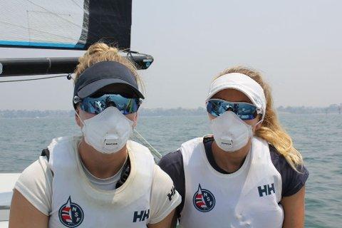 MASKERTE: Røyken fra de mange brannene betyr at Marie Rønningen (til venstre) og Helene Næss trener med masker.