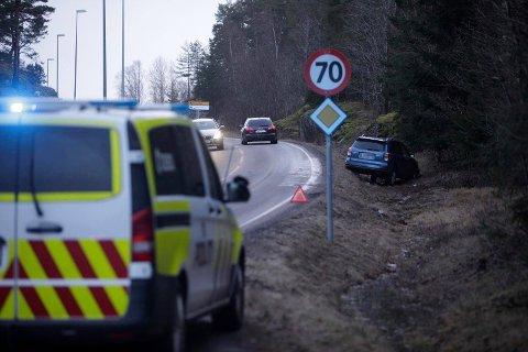 Føreren skal ha kjørt av veien fordi han sovnet bak rattet. I baksetet satt barnebarna.