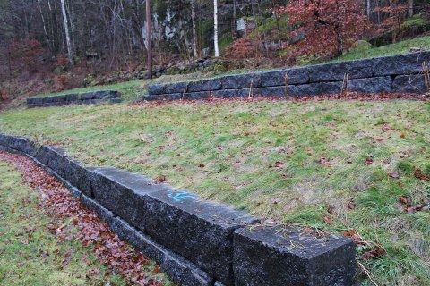 UTEN TILLATELSE: Forstøtningsmurene strekker seg over et område på omlag 25 meter og har en dybde på 40 cm. Det er fylt opp med grus bak murene for å drenere bort overvann.