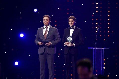 IDRETTSGALLAEN: Joachim Haraldsen og Emil Bergquist Pedersen delte ut prisen til årets trener.