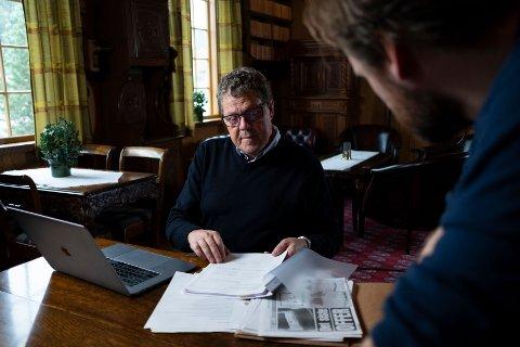 OM NESSET: Regissør Fredrik Horn Akselsen (i forgrunnen) sammen med en av seriens to programledere, tidligere drapsetterforsker Asbjørn Hansen.