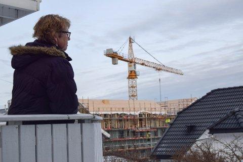 FORTVILET NABO: Kaldnes-boer Kirsten Westre mister utsikten mot byen som følge av boligutbyggingen i Havegaten.
