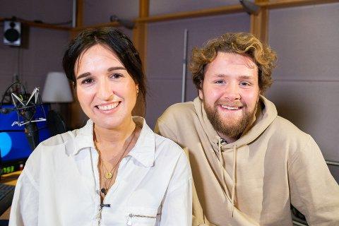 BADEROMSSKAPET: Programleder Martin Lepperød, i P3morgen, har et litt spesielt bilde i baderomsskapet sitt.  Her avbildet med kollega Adelina Ibishi.