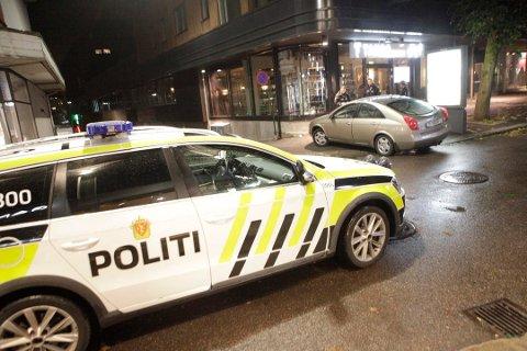 SAMMENSTØT: Det var her politibilen og personbilen støtte sammen klokken 00.50 natt til søndag.
