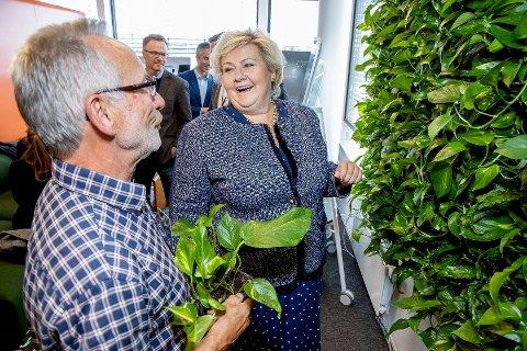 STASELIG BESØK: I fjor fikk Viumdal anledning til å vise fram planteveggene til statsminister Erna Solberg.