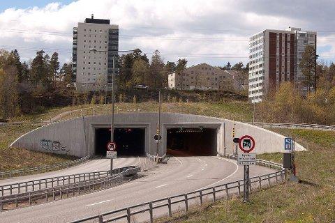 FEIL VEI: Steen Hansen forteller at det var da han nærmet seg Frodeåstunnelen at det kom en bil ut av tunnelen og kjørte rett mot ham. Hansen forteller at han så vidt klarte å unngå kollisjon ved å hive bilen sin inn i høyre felt.