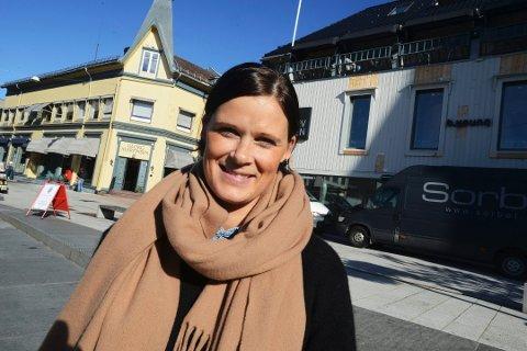 VISER FRAM TILBUDET: Cecilie Bækken Sørumshagen i Tønsberglivet vil vise fram hva slags mattilbud som fortsatt holder åpent i byen. – Ikke for å rette en pekefinger og si at man må støtte opp om det lokale, men for å tilgjengjeligjøre det vi fortsatt har å by på, sier hun.