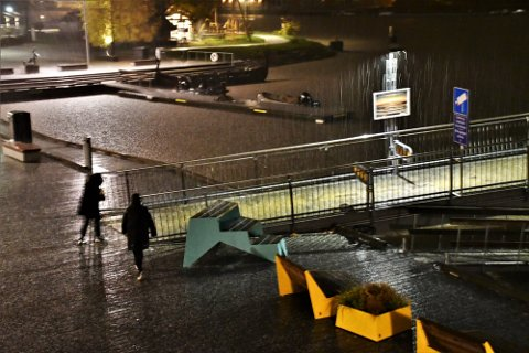 BØTTET NED: I 22-tiden mandag kveld feide en ordentlig uværssky inn over Tønsberg. Regn og hagl falt tungt på Brygga.