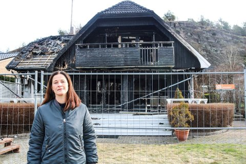 FÅR NYTT HJEM: Siri Graf Stenberg og familien opplevd et mareritt da huset deres brant kort tid etter at de hadde flytte inn. Nå har de fått en byggetillatelse til å føre opp en moderne bolig på branntomta i Berglyveien på Nøtterøy.
