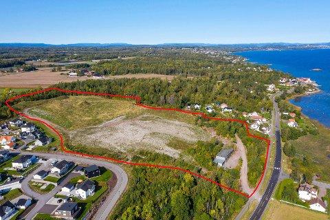 STEDET: Området merket med rødt er til salgs, og har fått grønt lys for å kunne bygges ut med boliger. Likevel er det mye som gjenstår før noen kan bosette seg her.