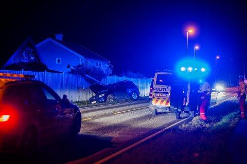 KJØRTE UT: Bilen kjørte ned en lyktestolpe da den skjente ut av veien.