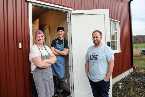 FAMILIEPROSJEKT: Bestillingene renner inn, og Mona Lysebo får hjelp av mannen Kjell Arild og sønnen Ivan til å produsere nok.