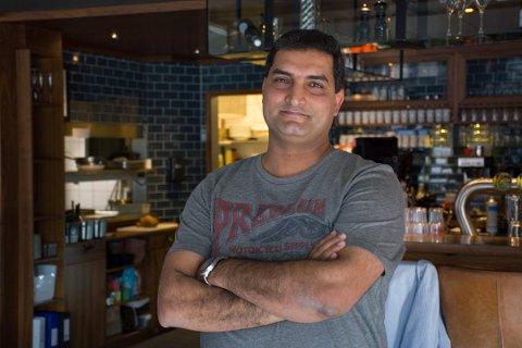 UTFORDRENDE: Ghazanfar «Roomi» Mumtaz, eier og daglig leder hos Big Horn, forteller at det har vært utfordrende med en ny koronabølge.