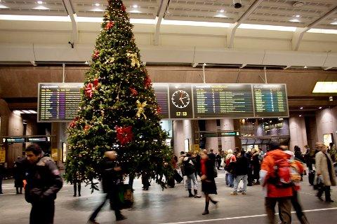 De som kommer reisende fra områder med høyere smitte, må være ekstra påpasselige og forsiktige i julen, sier helseministeren. Dette gjelder spesielt de som reiser fra Oslo, Drammen og Østfold, slik smittesituasjonen er nå. Illustrasjonsfoto: Stian Lysberg Solum / NTB