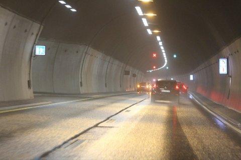 UHELL: Bilene står i venstre kjørefelt i tunnelen.