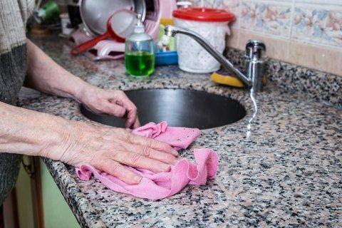 KRITIKK: Hva tenker kommunen på, når de sender ut et skriv til ei dame på 95 år og varsler nedskalering av hjemmehjelpnivået hennes til halvparten fra neste år, spør forfatteren.