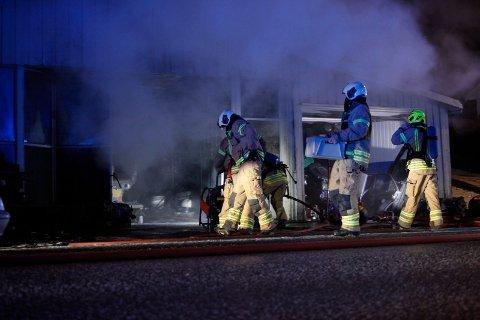 BRANN: Fredag ettermiddag brøt det ut brann i et verksted. Brannvesenet fikk raskt kontroll.