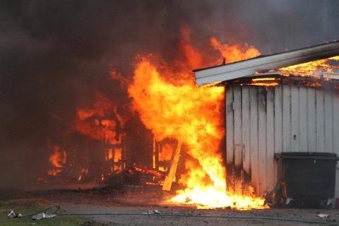 BRANN: Alle beboerne i et rekkehus er gjort rede for etter at det begynte å brenne mandag formiddag.
