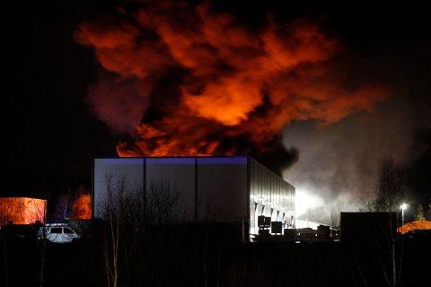GIFTIG RØYKUTVIKLING: En plasthall står i flammer i Andebu. Det advares mot brannen, som er svært giftig.
