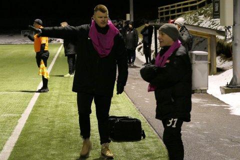 ENGASJERT: John Arne Riise, her sammen med assistenttrener Ron Johansen, viste stort engasjement fra sidelinjen.
