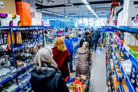 SMITTEFARLIG: Matvarekjedene ønsker tiltak for å hindre smitte i butikkene.
