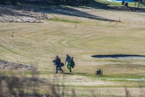 STENGT: Tross stenging var det flere personer å se på Solum golfbane lørdag formiddag. Eier Bjørn Hundstad er svært kritisk til å måtte stenge, og viser til avstanden mellom folk på banen.