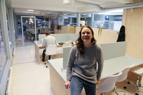 KORONAKRISE-TILBUD: Kafeeier Kjersti With tilbyr leie av kontor på Bydelshuset til 75 kroner dagen, og håper alt fra studenter til folk i jobb kommer innom for å benytte seg av tilbudet.